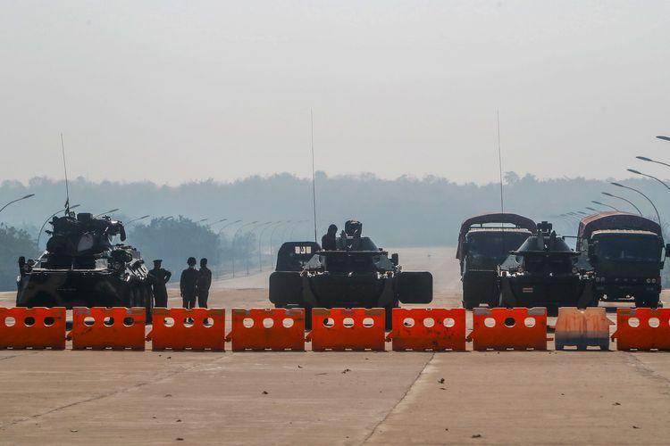 Militer Myanmar membuat blokade dengan memarkir sejumlah kendaraan bersenjata, di jalan menuju gedung parlemen pada Selasa (2/2/2021) di Naypyidaw, ibu kota Myanmar.