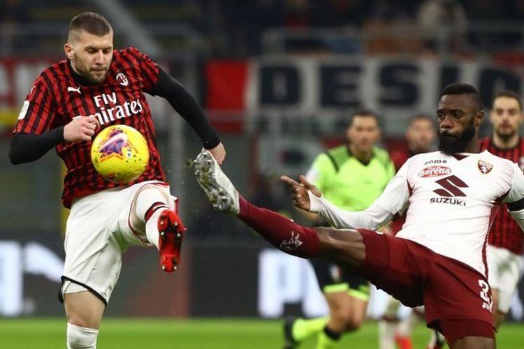 Pemain AC Milan, Ante Rebic, berebut bola dengan bek Torino, Nicola Nkoulou, pada pertandingan babak perempat final Coppa Italia yang dilangsungkan di Stadion San Siro, Rabu (29/1/2020).