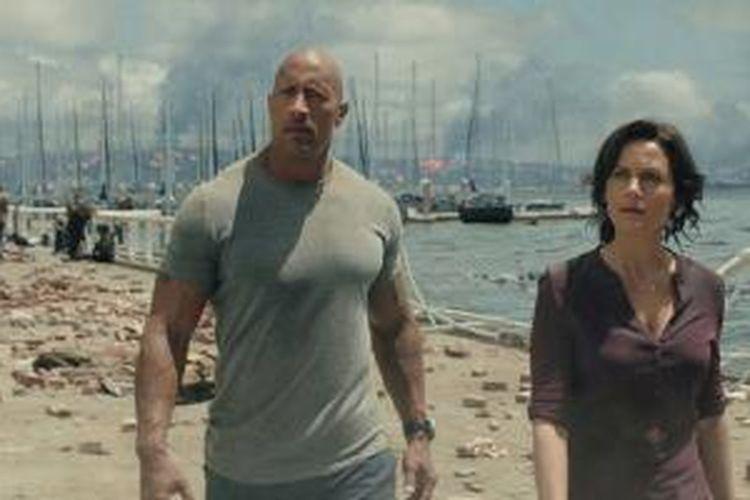 Carla Gugino dan Dwayne Johnson dalam salah satu adegan film San Andreas.