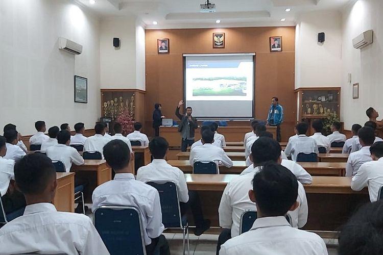 SMKN 12 Bandung bekerja sama dengan PT JABIL, perusahaan publik asal Amerika Serikat yang memproduksi detail part component untuk pesawat terbang.