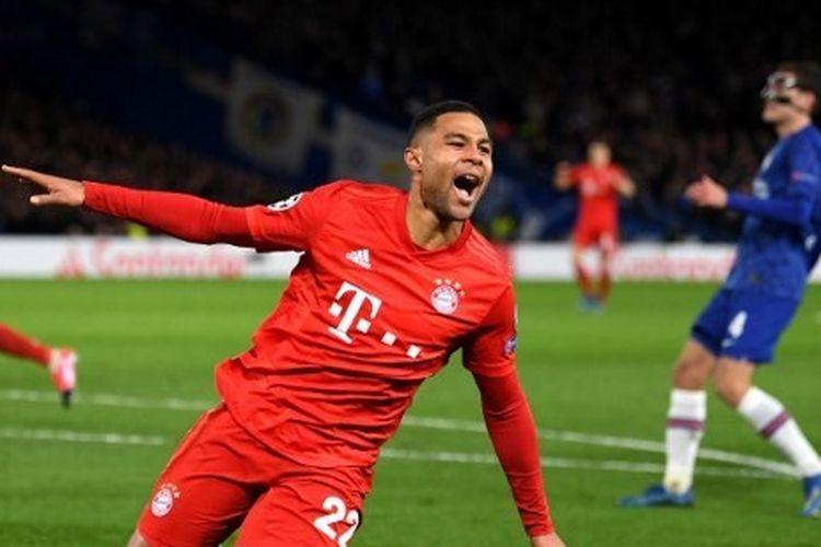 Pemain Bayern Muenchen, Serge Gnabry, merayakan golnya ke gawang Chelsea.
