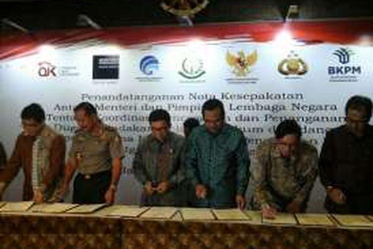 Penandatanganan nota kesepakatan antara Menteri dan Pimpinan Lembaga Negara tentang koordinasi pencegahan dan penanganan dugaan tindakan melawan hukum di bidang penghimpunan dana masyarakat dan pengelolaan investasi (Satgas Waspada Investasi) di Jakarta, Selasa (21/6/2016).