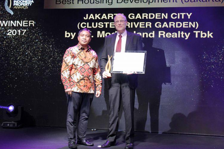 Sami Miettinen, Direktur Utama PT Mitra Sindo Sukses, menerima penghargaan di ajang PropertyGuru Indonesia Property Awards  2017, Kamis (12/10/2017).