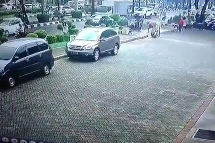 Rekaman CCTV aksi penjambretan di Jalan Tanah Lot, Kalideres, Jakarta Barat