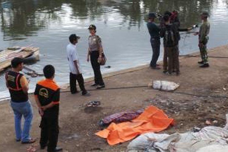 Mayat bayi ditemukan mengambang di Kali Ciliwung, Kanal Banjir Barat, Minggu (5/1/2014). Rencananya Gubernur DKI Jakarta Joko Widodo akan melaksanakan kerja bakti di sana.