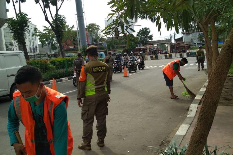Satuan Polisi Pamong Praja (Satpol PP) menggelar operasi tertib masker di Pasar Senen, Jakarta Pusat, Selasa (12/1/2021). Lebih dari 50 orang dikenai sanksi karena tak memakai masker atau pun tak memakai maskernya dengan benar.