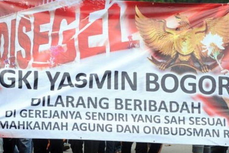 Protes penyegelan GKI Yasmin pada Januari 2012 di depan Istana Presiden, Jakarta.