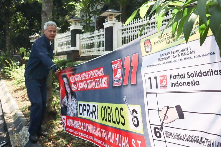 Gubernur Jawa Tengah Ganjar Pranowo ikut melakukan kegiatan bersih-bersih alat peraga kampanye (APK) di masa hari tenang menjelang pemilihan umum 17 April 2019, Minggu (14/4/2019)