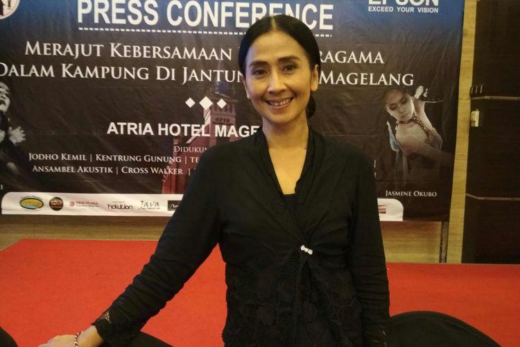Artis peran dan pemusik Ayu Laksmi ketika ditemui usai konferensi pers menjelang pertunjukan Panggung Rekam Jejak Dua Abad Cagar Budaya GPIB, di Hotel Atria, Kota Magelang, Kamis (26/10/2017) malam.