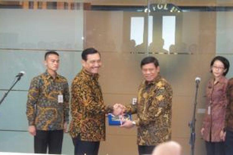 Serah terima jabatan Menko Polhukam dari Tedjo Edhy Purdijatno kepada Luhut Binsar Panjaitan, di Kantor Menko Polhukam, Jakarta, Kamis (13/8/2015).