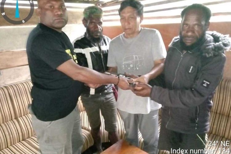 Dua anggota KKB Lanny Jaya menyerahkan diri kepada aparat keamanan di Distrik Tiom. Mereka juga menyerahkan satu pucuk senjata api jenis revolver kepada aparat, Papua, Kamis (15/4/2021)
