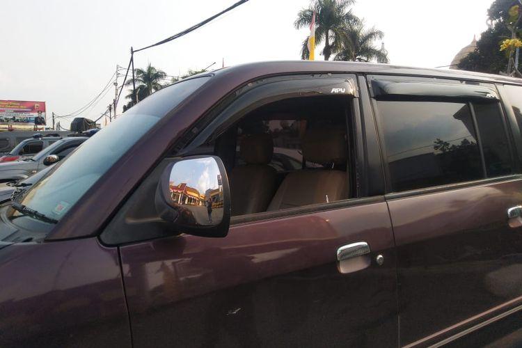 Mobil Suzuki APV yang menjadi korban pencurian pecah kaca di parkir di halaman Polres Sukabumi Kota, Rabu (3/7/2019).