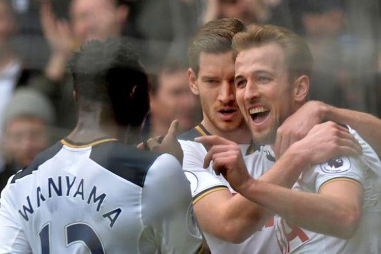 Para pemain Tottenham Hotspur merayakan gol Harry Kane ke gawang Stoke City pada partai lanjutan Premier League di Stadion White Hart Lane, Minggu (26/2/2017).