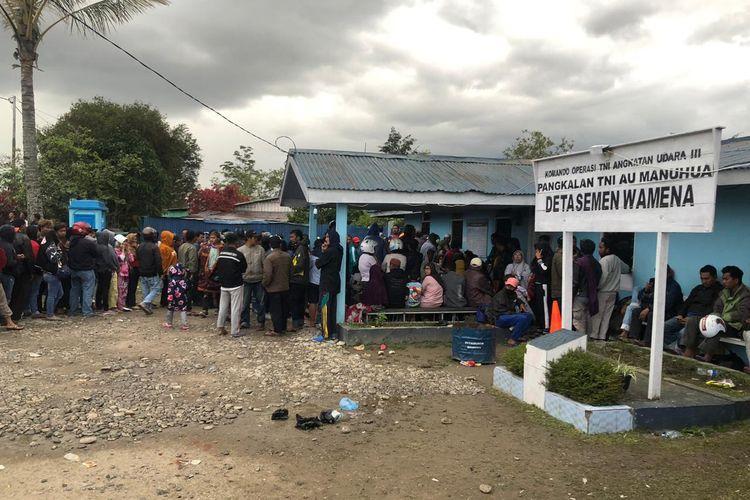 Ribuan warga penuhi pangkalan TNI AU Manuhua Detasemen Wamena.
