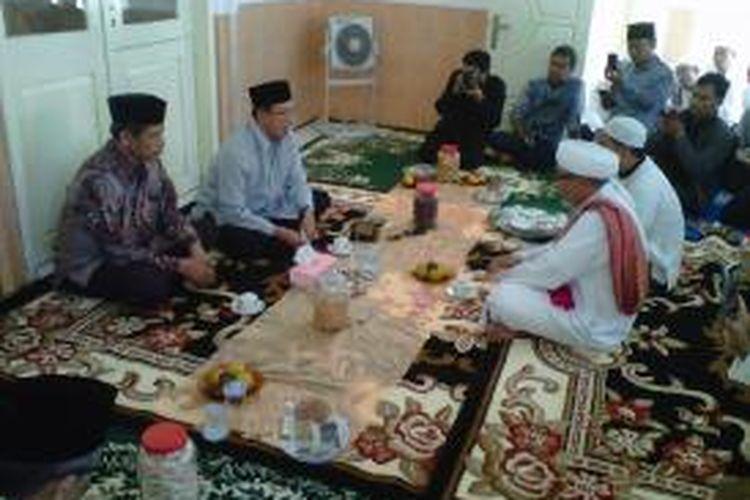 Menteri Agama, Lukman Hakim Syaifuddin, mendatangi ulama Pamekasan dalam rangka penyelesaian kasus Syiah Sampang.