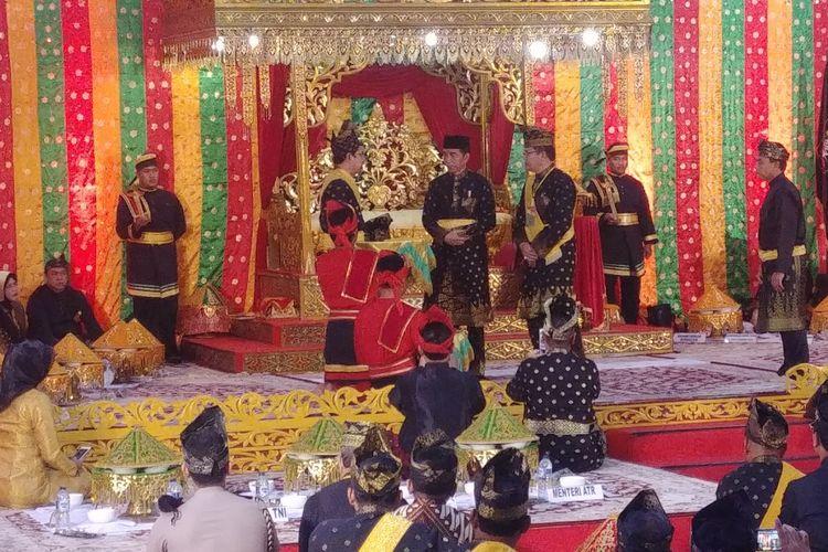 Presiden Joko Widodo mendapatkan gelar adat dari Lembaga Adat Melayu (LAM) Riau, Sabtu (15/12/2018). Gelar adat yang diterima, yakni Datu Seri Setia Amanah Negara.
