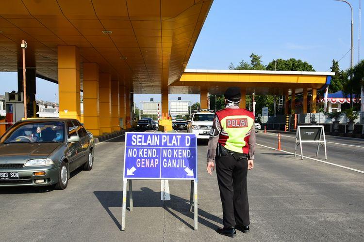 Polisi menerapkan ganjil genap di Tol Pasteur, Jumat (3/9/2021). Penerapan ganjil genap di lima tol Kota Bandung ini dilakukan untuk mengontrol arus kendaraan dari luar daerah masuk ke Kota Bandung.