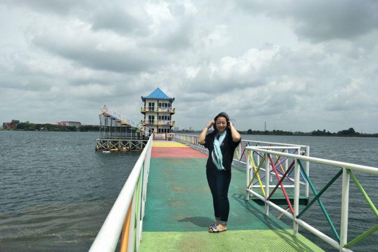 Pengunjung menikmati pemandangan danau Jakabaring Sport City, Palembang, Sumatera Selatan.