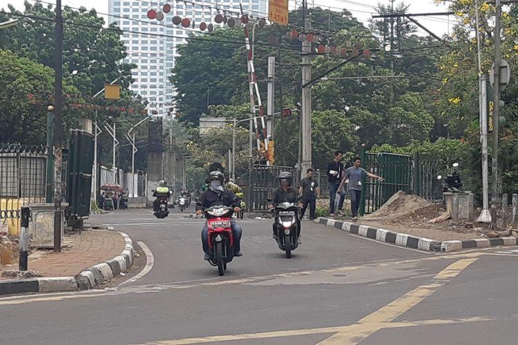 Pemasangan pagar di pelintasan kereta api dekat stasiun Palmerah, Jakarta, Jumat (18/10/2019).