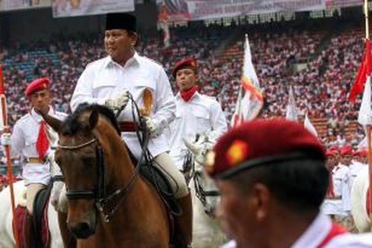 Ketua Dewan Pembina Partai Gerindra, Prabowo Subianto (dua kiri), menaiki kuda saat menghadiri kampanye Partai Gerindra di Stadion Utama Gelora Bung Karno, Minggu (23/3/2014).