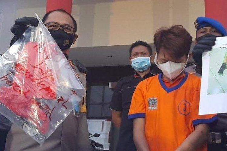 Wakapolrestabes Surabaya, AKBP Hartoyo menunjukkan barang bukti kasus pembunuhan terapis pijat di Surabaya yang mayat korbannya dimasukkan dalam kardus.