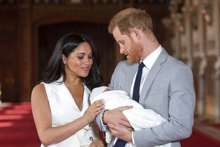 Dalam file foto Rabu 8 Mei 2019 ini Pangeran Harry dan Meghan, Duchess of Sussex, berpose selama sesi pemotretan dengan putra mereka yang baru lahir Archie, di St George's Hall di Kastil Windsor, Windsor, Inggris selatan.