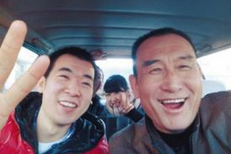 Teng Jiazhi (60), pengemudi taksi di kota Shenyang, China, selama empat tahun terakhir mengumpulkan 30.000 foto selfie bersama para penumpangnya.