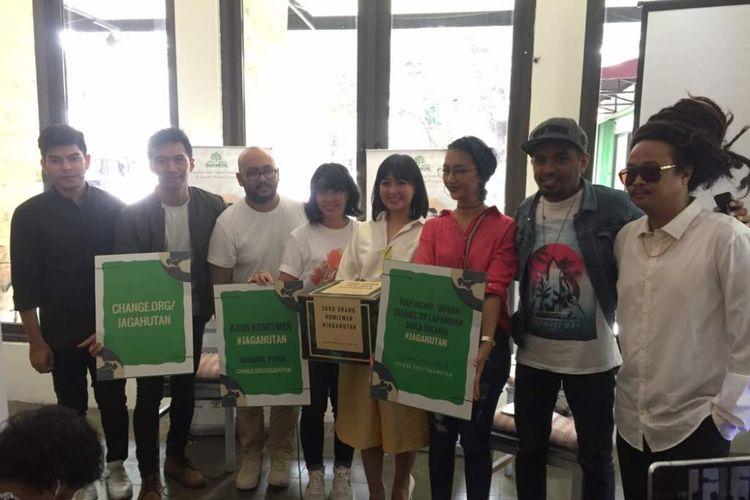 Para pengisi acara dan panitia gerakan Hutan Itu Indonesia menggelar jumpa pers Konser Musika Foresta di Kafe Serendipity, Jalan Suryo, Jakarta Selatan, Rabu (10/5/2017).