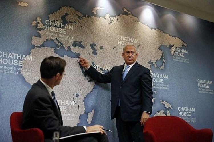 Ilustrasi: Perdana Menteri Israel Benjamin Netanyahu memberi isyarat kepada negara-negara di peta sambil memberikan ceramah tentang prioritas kebijakan luar negeri Israel ketika Direktur Chatham House Robin Niblett melihat di Chatham House, The Royal Institute of International Affairs, di London 3 November 2017