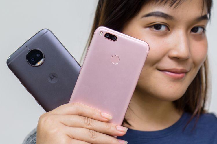 Smartphone kamera ganda Motorola Moto G5S Plus (kiri) dan Xiaomi Mi A1.