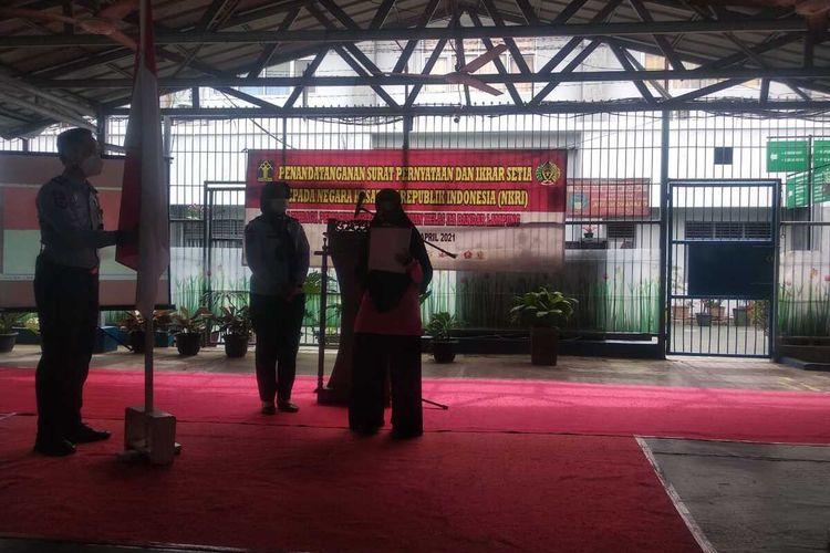 Nurhasanah (28) saat melepaskan baiatnya dari ISIS di Lapas Perempuan Bandar Lampung, Selasa (6/4/2021).