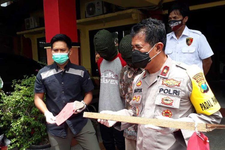Polisi menetapkan dua orang tersangka dalam kasus tawuran antar geng palajar di Kota Surabaya, Jawa Timur.