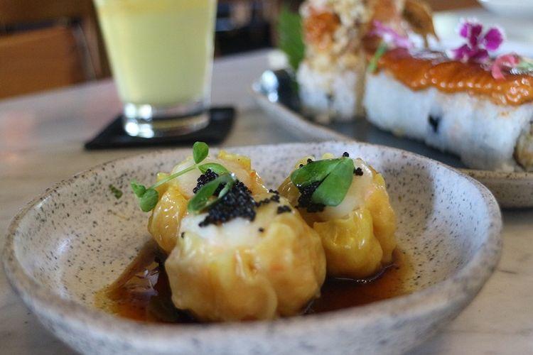 Prawn and scallops siew mai with sweet shoyu and chilly dressing salah satu didangan di restoran Billy Ho