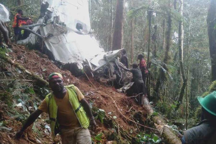 Tim evakuasi gabungan tiba di lokasi kecelakaan pesawat Rimbun Air di salah satu gunung di Kampung Bilorai, Distrik Sugapa, Kabupaten Intan Jaya, Papua, Rabu (15/9/2021)