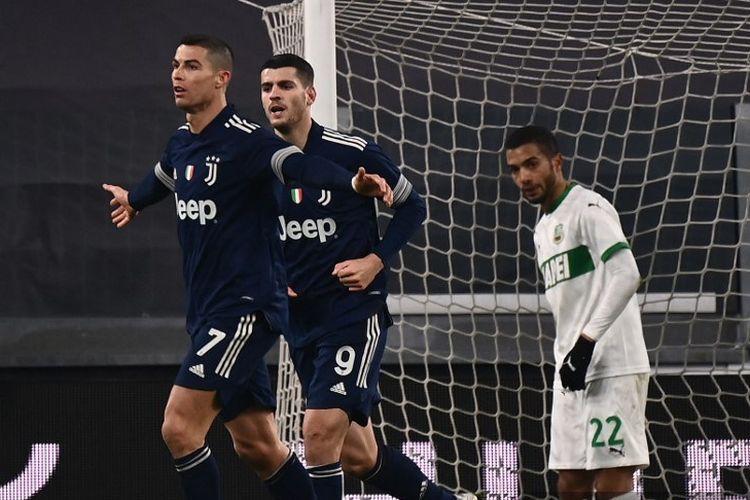 Penyerang Portugal Juventus Cristiano Ronaldo (kiri) merayakan dengan penyerang Spanyol Juventus Alvaro Morata setelah mencetak gol selama pertandingan sepak bola Serie A Italia Juventus vs Sassuolo pada 10 Januari 2021 di stadion Juventus di Turin.