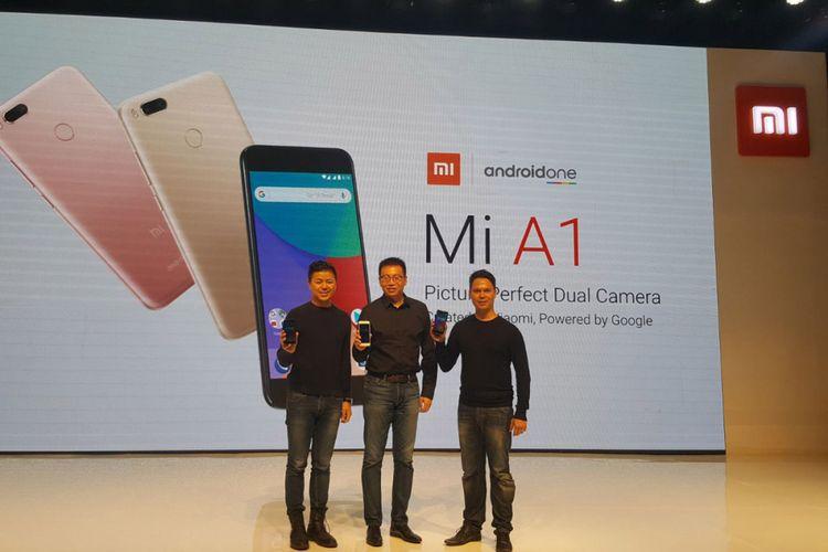 (Kiri - kanan) Director of Product Management dan Marketing Xiaomi Global, Donovan Sung; Head of Xiaomi South Pacific Region, Steven Shi; dan Head of Consumer Marketing Google for Southeast Asia, Pete Nuchanatanon, di acara peluncuran Xiaomi Mi A1 di Jakarta, Rabu (20/9/2017)