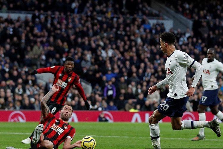 Steve Cook mencoba menahan laju Dele Alli pada pertandingan Tottenham vs Bournemouth dalam lanjutan Liga Inggris di Stadion Tottenham Hotspur, 30 November 2019.