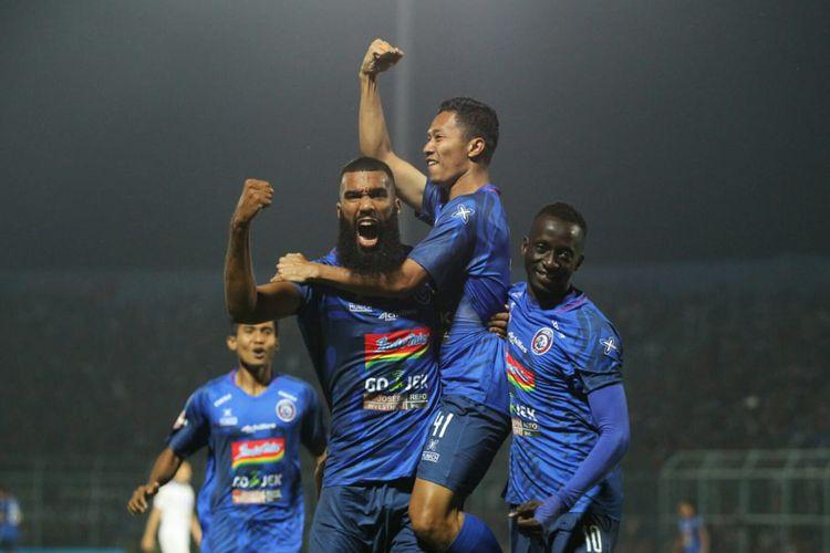 Pemain Arema FC, Sylvanus Comvalius, Dendi Santoso, dan Makan Konate dalam laga Arema FC vs Persib Bandung di Stadion Kanjuruhan, Selasa (30/7/2019).