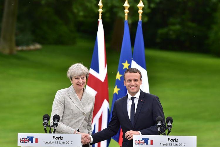 PM Inggris Theresa May dan Presiden Perancis Emmanuel Macron dalam jumpa pers di Istana Elyssee, Paris, Selasa (13/6/2017).