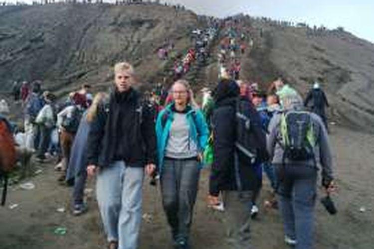 Wisatawan lokal dan mancanegara tetap naik ke bibir kawah Bromo untuk melihat ritual Kasada, Kamis.(21/7/2016).