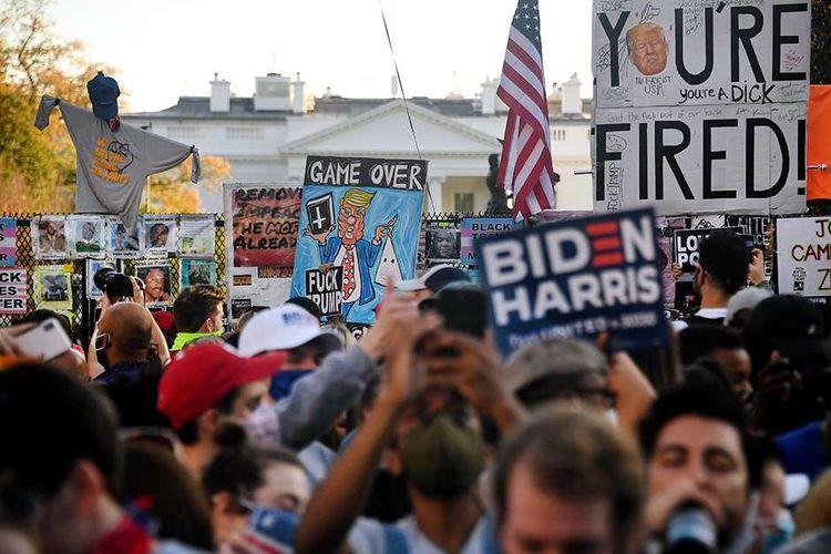 Warga merayakan kemenangan Joe Biden pada pemilihan presiden Amerika Serikat (AS) 2020 di Alun-alun Black Lives Matter di seberang Gedung Putih, Washington DC, AS, Sabtu (7/11/2020). Joe Biden dipastikan melenggang ke Gedung Putih dengan 290 suara elektoral yang diraihnya sejauh ini, mengakhiri kepemimpinan 4 tahun Donald Trump.