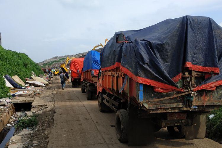 Truk-truk sampah Kota Bekasi antre membuang sampah pascabanjir dari perumahan warga ke TPA Sumur Batu, Bantargebang, Selasa (7/1/2020).