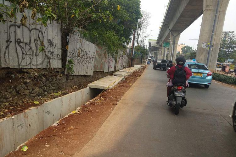 Pembangunan saluran air di Jalan Ciledug Raya dekat persimpangan Swadarma,Jumat (19/10/2018).