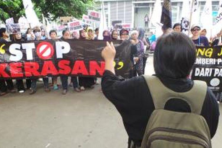 Aksi unjuk rasa terkait ancaman deportasi dan perlakuan tak manusiawi terhadap TKI Indonesia yang berada di Arab Saudi dan terancam deportasi akibat tidak dapat memperbaharui dokumen. Jumat (8/11/2013).