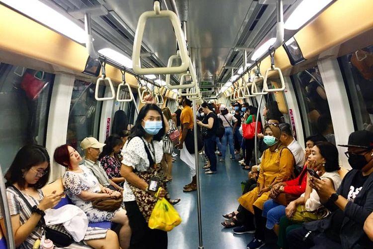 Di tengah mewabahnya virus corona, sejumlah warga terlihat memilih memakai masker ketika menggunakan Mass Rapid Transit (MRT) Singapura