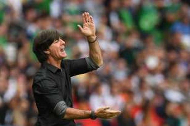 Ekspresi pelatih Jerman, Joachim Loew, saat mendampingi timnya melawan Irlandia Utara, dalam laga Grup C Piala Eropa 2016 di Paris, Selasa (21/6/2016) waktu setempat.