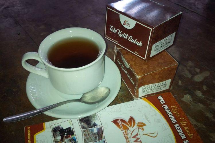 Teh Kulit Salak tersedia di Warung Kebon Salak (WKS), Jl Srikandi, Grogol, Salatiga, Jawa Tengah.