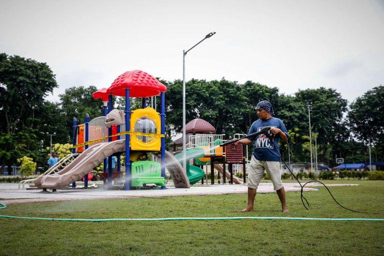 Suasana pembangunan Revitalisasi Taman Lapangan Banteng di Jakarta Pusat, Selasa (6/3/2018). Revitalisasi Taman Lapangan Banteng dibagi dua zona, zona pertama berada di Monumen Pembebasan Irian Barat, zona kedua di zona olahraga dan ditargetkan rampung pada akhir Maret ini.