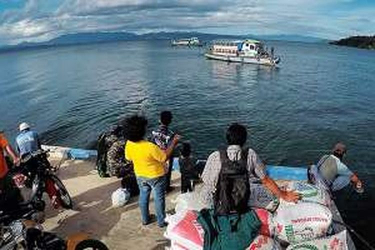 Kapal penyeberangan menjadi alat transportasi utama bagi warga yang tinggal di sekitar Danau Toba, Sumatera Utara, Selasa (21/6/2016).
