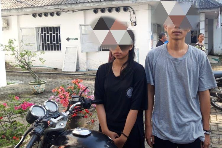 Sepasang kekasih RA (18) dan SB (19) ditangkap karena membawa mayat perempuan berinisial YL (17) yang dibunuhnya dengan cara dicekik. Pelaku membawa mayat korban mengendarai becak motor melintas di Dusun Batu Burbar, Desa Pekan Sawah, Kecamatan Sei Bingai, Langkat pada Sabtu (14/11/2020) siang.